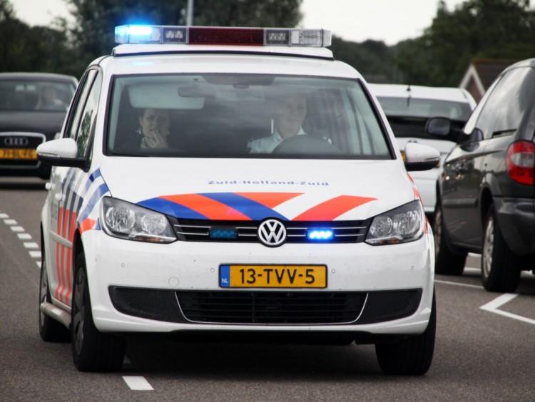 Bellende vrouw rijd politiewagen aan